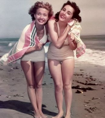 13 Vintage Photos of Hollywood Celebs Looking Glamorous as Ever on the Beach
