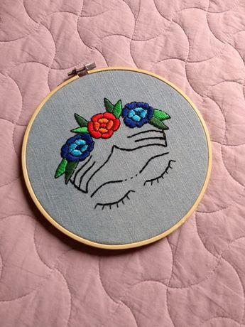 Compre Bastidor Bordado Frida Kahlo no Elo7 por R$ 90,00 | Encontre mais produtos de Decoração parcelando em até 12 vezes | Bastidor Bordado Frida Kahlo Bastidor de 18 cm de diâmetro, bordado à mão em tecido jeans. Ideal para decorar cantinhos especiais., BD83D3