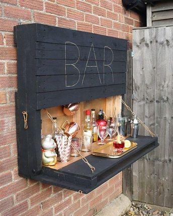 Eu sei que hoje é segunda mas olha só essa ideia de bar feita com paletes de madeira que bacana! Fonte: www.cassiefairy.com #ideiasdiferentes  Confiram também o perfil @decor.ativa do #grupojsmais