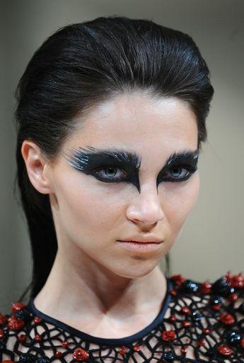 Schwarzes Augenmake-Up mit glitzernden Akzenten in Feder-Look
