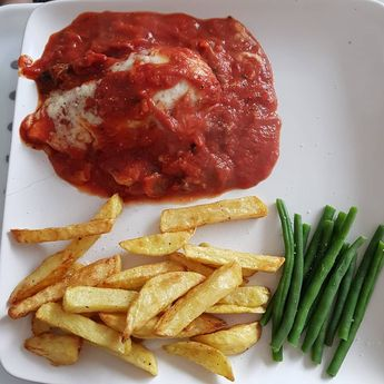 I made a chicken dish with an Italian tomato sauce with mushrooms and melted mozzarella on top. Chips and green beans #slimmingworldfollowers #slimmingworldmafia #slimmingworldfood #slimming #slimmingworlduk #slimmingworld #slimmingworldfamily #slimmingworlddiary #sw #swuk #food #healthyfood #diet #myjourney #weightloss #weightlossjourney #followmyjourney #healthyeating #fooddiary #slimmingworldfriends #slimmingworldfamily #healthyfood #foodie #healthy #food #foodporn #healthyeating #instafood #
