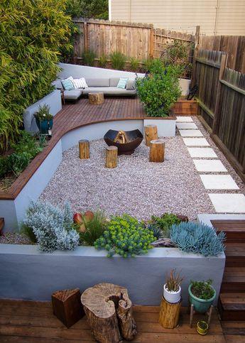 Pequeña terraza en tres niveles con una bonita combinación de hormigón, piedra y madera. Jardineras de obra.