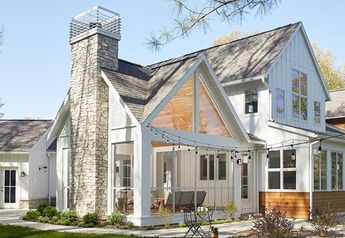 Now this is a transitional farmhouse! What do you think? #Regram via @greatlakesbydesign #transitionalhomes #farmhousestyle…