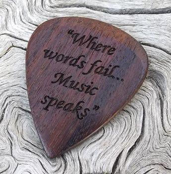 La main Premium Laser gravé Guitar Pick  mystère bois