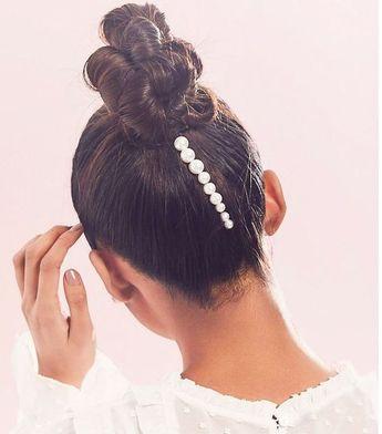 As pérolas estão mais em alta do que nunca – e elas simbolizam pureza, beleza, luxo, poder, sofisticação, elegância, feminilidade! Elas aparecem nos mais diversos acessórios, desde anéis á presilhas de cabelo. #acessórios #acessóriosfemininos #acessoriosdecabelo #hair #hairstyles #penteados #penteadoscasamento #penteadosmadrinhas #pearls #pearljewelry #perolas #pérolas #trends #tendencias #moda #fashion