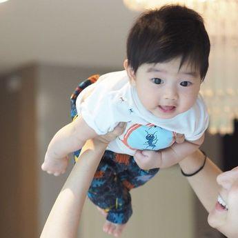 """วันนี้ให้เรียกผมว่า """" คิณบิน """"  . #แม่เป็นติ่งวอนบิน #ใช่ค่ะนั่นจมูกแม่เอง #โผล่มาเท่านี้พอ #วันนี้เก็บตัว #akin_family cr. ป้าบู่เจ้าเดิม @plaboopr #babystuffpregnancy"""