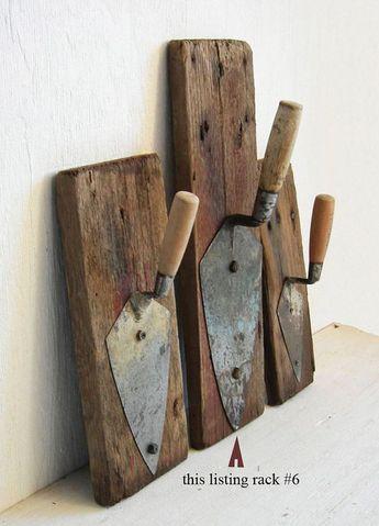 Voici quelques idées à s'inspirer pour recycler de vieux outils en objets de décoration. Un manche de scie transformé en poignée de porte Source Des marteaux transformés en porte manteaux Sou…