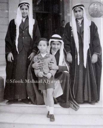 الملك فيصل الثاني طفلاً مع احمد ومشعل ومحمد ابناء الشيخ عجيل الياور ١٩٤١م