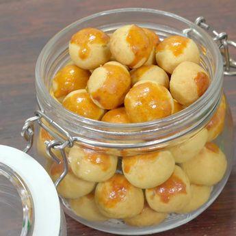 Nastar adalah sejenis kue kering dari adonan tepung terigu, mentega dan telur yang diisi dengan selai buah nanas. Asal katanya dari bahasa Belanda ananas dan taart. Bentuk kue ini bulat-bulat dengan diameter sekitar 2 cm, di atasnya sering dihias dengan potongan kecil kismis atau cengkih. Bahan: 250 gr tepung terigu protein sedang 50 gr gula halus 150 gr margarin 2 btr kuning telur rebus 50 gr susu bubuk ½ sdt vanila ekstrak Selai nanas