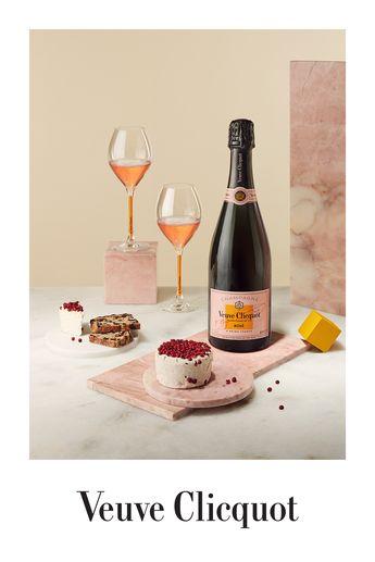 Veuve Clicquot Rosé peut s'accorder avec des mets raffinés mais aussi avec plats les plus simples comme ce chèvre frais.