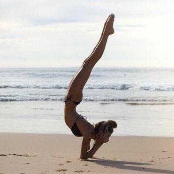 Handstand beach yoga. Yogi Goals & Yoga Inspiration einfach toll anzusehen aber nicht zu machen.