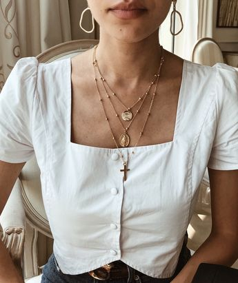 Haut blanc bijoux dorés | White blouse golden jewelry Aesthetic pendentifs | women fashion clothes inspiration | vintage & minimalist | le style à la française french fashion