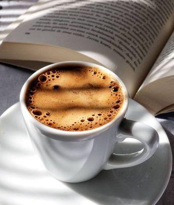Kaffee beim Lesen