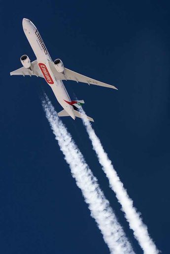 Boeing 777-200 making contrails