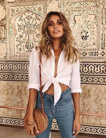 Comment porter la chemise blanche avec style #chemiseblanche #chemisenouée #jeanused #panierrond #tenuefemme40ans #blogmode