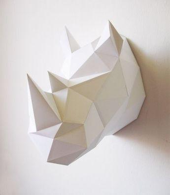 -Origami rhinoceros- cette tête de rhinocéros reprend les trophés de chasse et remet aux goûts du jours ce concept . reçus en 2D cet accessoire de décoration est assemblé par l'acheteur et lui permet de réalisé lui- même une piéce en 3D grâce à des pli pré définie sur le support.elle met en valeur le principe du Do It Yourself