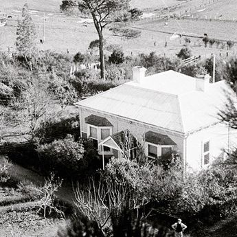Heide viewed from the trees c1949. John & Sunday Reed purchased this Victorian farmhouse & 13.5 acres of once dairy farm in 1934. John & Sunday dubbed their new home 'Heide' an abbreviation of Heidelberg (re-zoned Bulleen) which is now affectionately known as Heide l.. Currently showing in Heide l till the 20th of May 2018 is Making History Nolan at the Newsagent... #love #heide #heidemoma #heritage #farmhouse #sidneynolan #art #history #tbt #throwbackthursday Photograph: John Sinclair
