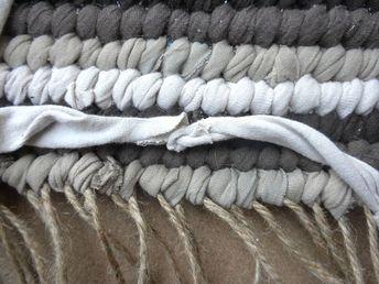 How to weave a rag rug; w/- simple step by step photo tutorial. #ragrugstshirt