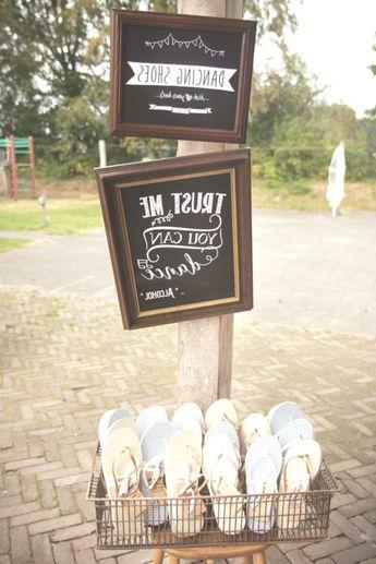 dit is een super idee voor het trouwfeest kan iedereen zijn hoge schoenen uit