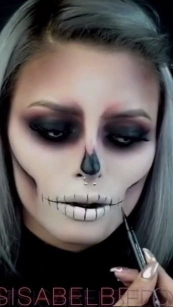 Halloween makeup tutorial - simple and easy to do. Creepy but absolutely stunning. Follow #eleganziatoyou for more ideas Halloween makeup ideas | Easy Halloween makeup | Scary Halloween makeup #eleganziatoyou
