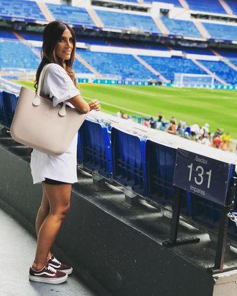 Santiago Bernabéu, Madrid🇪🇸 • • • • • • • • • • #style#ootd#streetstyle#outfitideas#outfitinspiration#instastylist#streetfashion#ootdsubmit#minimalstyle#allblack#vans#elcorteingles#rayban#sunglasses#fitnessgirl#womenwithstreetstyle#holiday#obag