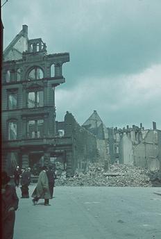 Zerstörte Häuser in einer Straße von Wuppertal (Nordrhein-Westfalen) 1943
