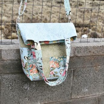 Patchwork foldover bag with internal pockets