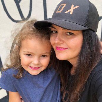 Moje holčička  . Tak malá a přitom už tak velká. Když někam jdeme tak si musí namalovat aspoň nofilter pins  Moje holčička  . Tak malá a přitom už tak velká. Když někam jdeme tak si musí namalovat aspoň pusu aby byla jako máma  . . #dcera #mojeholcicka #jsemmama #laska #rodina #stesti #usmev #daughter #mygirl #love #family #happiness #fox #smile