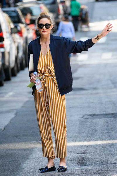 Olivia Palermo.Street Style. Macacão listrado mostarda e bomber azul marinho.