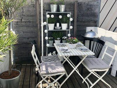 Arendal outdoor Tisch aus Bauholz mit schrägen Stahlbeinen