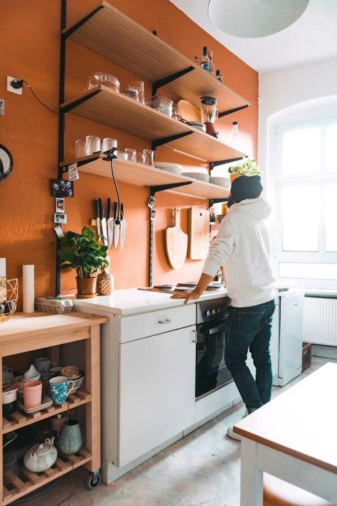 Die Farbe und Regale sind ausgesucht und schon beginnt das Küchen-Vorher-Nachher.