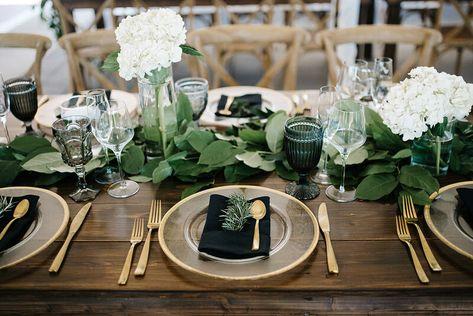 Outdoor Table Centerpieces, White Hydrangea Centerpieces, Outdoor Wedding Tables, Green Centerpieces, Outdoor Wedding Decorations, White Table Settings, Outdoor Table Settings, Masquerade Centerpieces, Wedding Plates