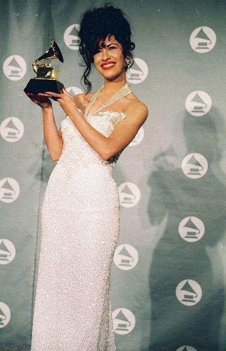 Read Her First Grammy award from the story Siempre Selena by MiyathaBaddest (Jamiya Lovett) with 226 reads. Dark Makeup Looks, Glitter Makeup Looks, Red Lips Makeup Look, Glam Makeup Look, Halloween Makeup Looks, Selena Quintanilla Perez, Tumblr Selena Gomez, Selena Gomez Makeup, Jenni Rivera