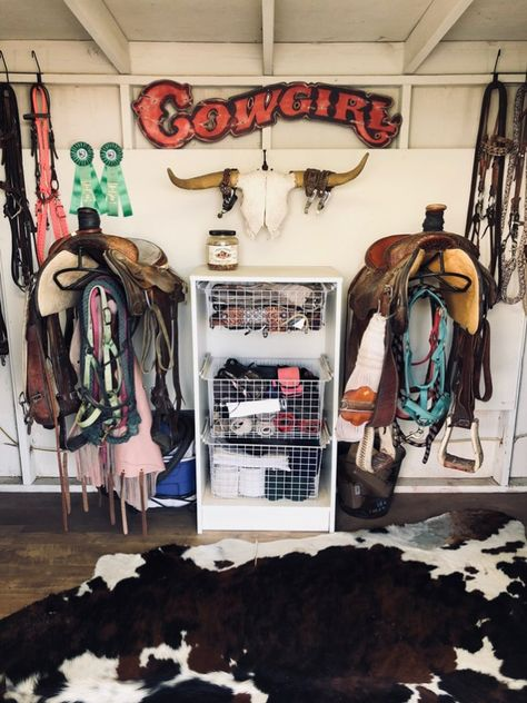 Tour a California Tack Room with Western Style organized western tack room - Art Of Equitation Horse Barn Decor, Horse Barn Plans, Horse Barns, Horse Horse, Horse Stalls, Horse Tips, Tack Room Organization, Horse Trailer Organization, Western Rooms