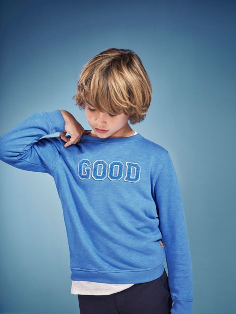 Sweatshirt with slogan, made from cotton fabric. Straight cut, round neck, long sleeves, decorative appliqué and ribbed trim.