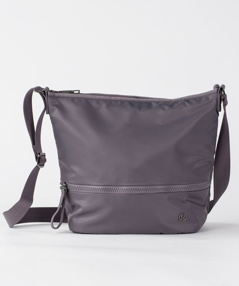 This shoulder bag was designed for quick and easy transitions from class to coffee with a built-in pocket for your sweaty gear.