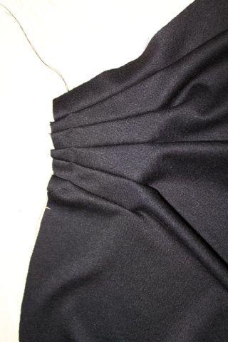"""Après le second épisode de """"Cousu Main saison 2"""" vous souhaitez réaliser une jupe plissée ? Où se procurer le patron ? Comment réussir les étapes techniques: plis, ceinture, boutonnière ourlet invisible...? Suivez le guide ! photo: magazine Threads Tous..."""