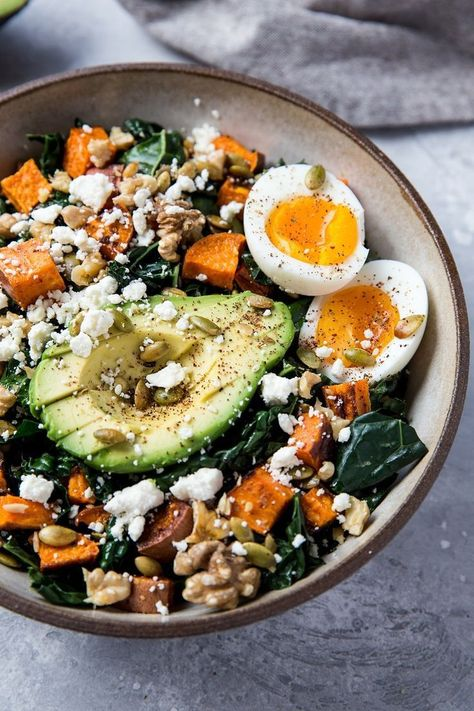 Roasted Sweet Potato Kale Salad with Avocado and Jammy Egg - überwiegend gesundes Essen - Roasted Sweet Potato Kale Salad with Avocado and Jammy Egg – a filling, nutritious vegetarian meal - Sweet Potato Kale, Salad With Sweet Potato, Roasted Sweet Potatoes, Sweet Kale Salad, Sweet Potato Dinner, Baked Potatoes, Healthy Salads, Healthy Nutrition, Healthy Eating
