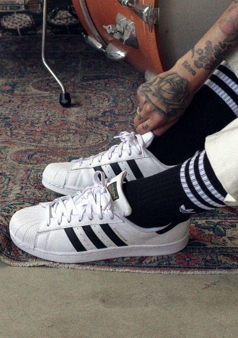 Tênis masculino Adidas Superstar clássico com meias preta e branca e calça areia