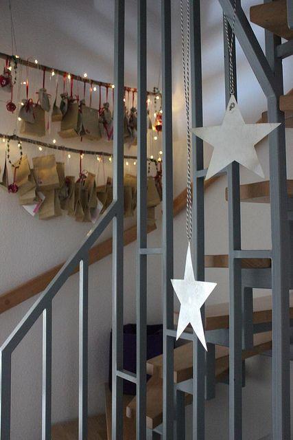 adventskalender mit lichterkette <3 http://fraeulein-ordnung.blogspot.de/2013/12/das-wort-zum-freitag.html