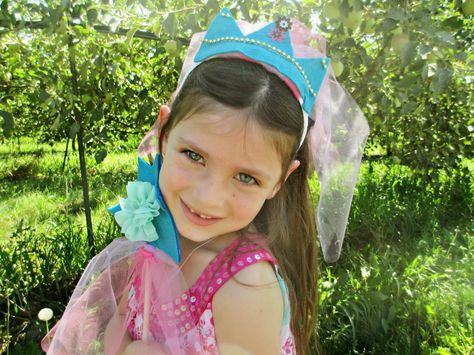 Crystal's Craft Spot: Crafting with Olivia: Princess crown and wand.  Perfect craft to make with your kids