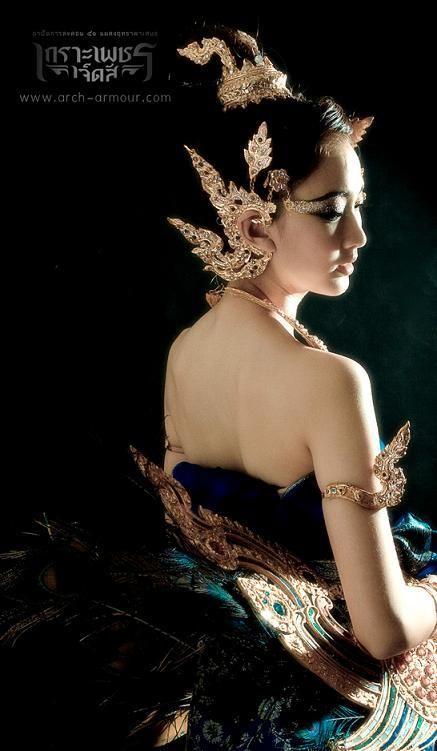 cool Thai women and Thai Traditional dress . Thai Fashion, Beauty And Fashion, Thai Traditional Dress, Traditional Outfits, Thai Wedding Dress, Thai Dress, Thai Art, Foto Instagram, Thai Style