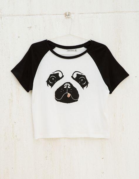 Blusa FiveBlu Dog branca, com estampa frontal de cachorro em preto.  Modelagem reta, manga curta e decote redondo. Detalhe de recorte em pret… 2831e34936