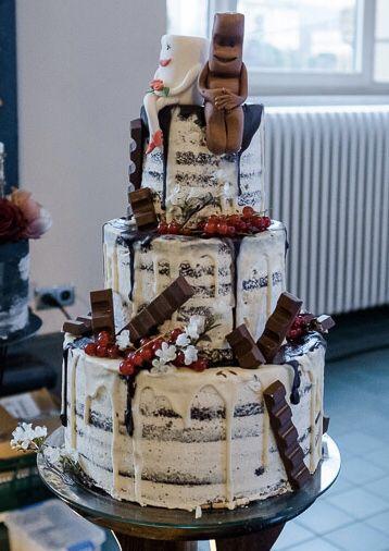 Dieser Kinderschokolade Naked Cake wird durch Drip Cake Elemente aus weißer und Vollmilchschokolade ergänzt. #love cake Kinderschokolade Naked Cake