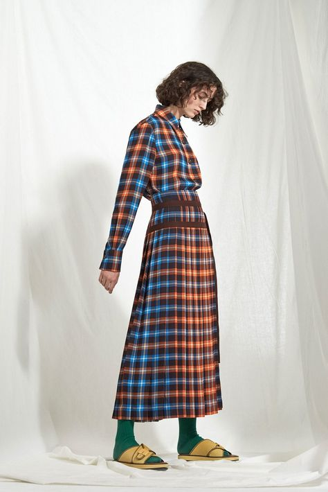Joseph Resort 2018 collection, runway looks, beauty, models, and reviews.