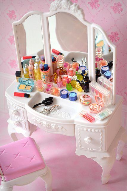 Licca Vanity & Re-Ment Cosmetics - Miniature Dolls Barbie Dolls Diy, Barbie Toys, Diy Doll, Baby Dolls, Miniature Crafts, Miniature Dolls, Miniature Houses, Barbie Furniture, Dollhouse Furniture