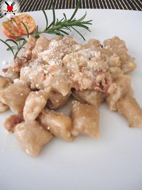 Gnocchi di castagne con taleggio fuso e salsiccia