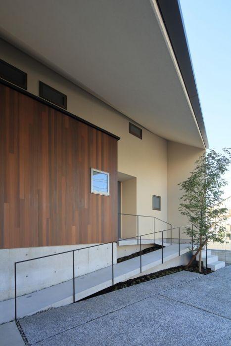 斜屋根の家 株式会社sync 玄関アプローチ 階段 ミニマリスト