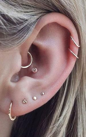 Trending Ear Piercing ideas for women. Ear Piercing Ideas and Piercing Unique Ear. Ear piercings can make you look totally different from the rest. Piercing No Lóbulo, Piercing Oreille Cartilage, Piercing Tattoo, Triple Lobe Piercing, Cartilage Hoop, Daith Piercing Jewelry, Diath Piercing, In Ear Tattoo, Middle Cartilage Piercing