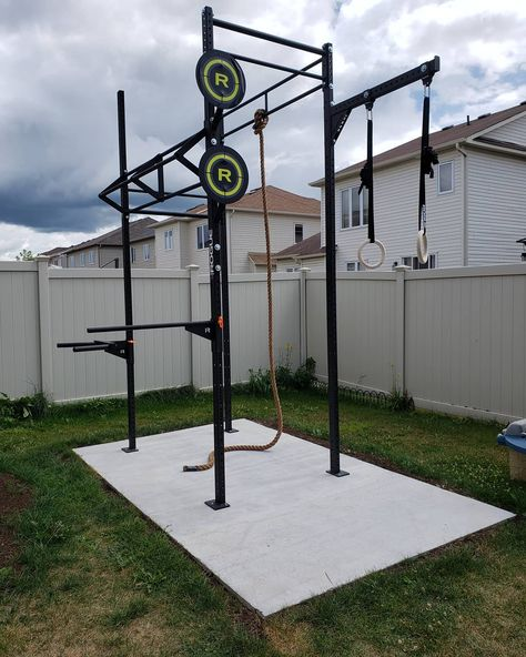 In the constant battle of this is NEED! ・ ( ・・・ Outdoor setup featuring the Rogue Castro Rig. Cage Crossfit, Crossfit Garage Gym, Crossfit At Home, Crossfit Equipment, Outdoor Gym, Outdoor Workouts, Outdoor Pull Up Bar, Diy Home Gym, Best Home Gym